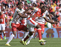 BOGOTÁ -COLOMBIA, 12-09-2015. Baldomero Perlaza (Der) jugador de Independiente Santa Fe disputa el balón con Maicol Medina (Izq) jugador de Patriotas FC durante partido por la fecha 12 de la Liga Aguila II 2015 jugado en el estadio Nemesio Camacho El Campín de la ciudad de Bogotá./ Baldomero Perlaza (R) player of Independiente Santa Fe fights for the ball with Maicol Medina (L) player of Patriotas FC during the match for the 12th date of the Aguila League II 2015 played at Nemesio Camacho El Campin stadium in Bogotá city. Photo: VizzorImage/ Gabriel Aponte / Staff