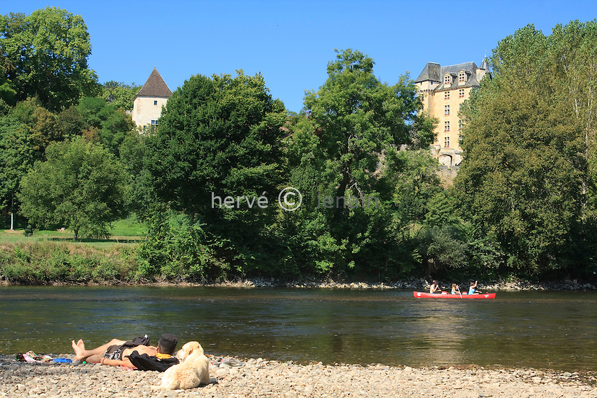 France, Dordogne (24), Fayrac, le château de Feyrac et la Dordogne en été, période de navigation intense en canoé et kayac // France, Dordogne (24), Fayrac, Castle Feyrac and Dordogne in the summer period of intense sailing canoe and kayak