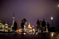Shanghai, Cina, Febbraio 2015. Gente a passeggio di notte sul Bund .<br /> People walking on the Bund in downtown Shanghai