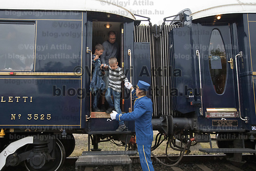 Steward helps off people visiting cars of the Venice Simplon Orient Express open for the audience at the Hungarian Railway Museum in Budapest, Hungary on Aug. 26, 2018. ATTILA VOLGYI