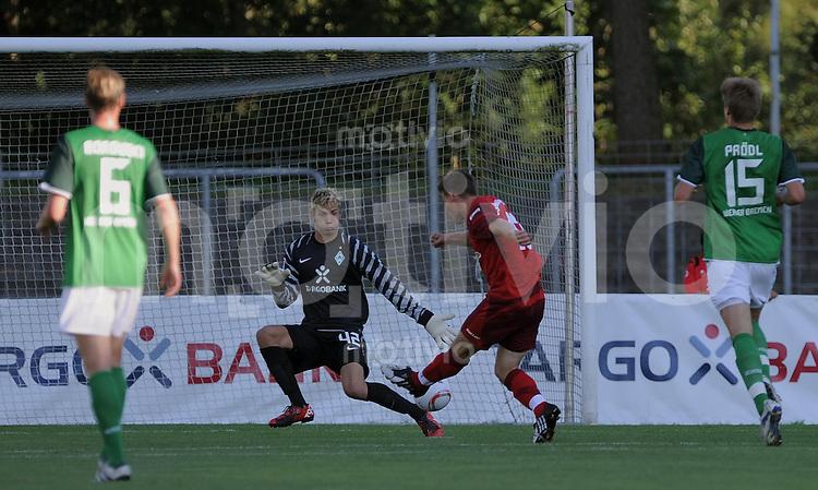 FUSSBALL     1. BUNDESLIGA     SAISON 2010/2011     TESTSPIEL   20.07.2010  SSV Reutlingen - SV Werder Bremen       Andreas Rill (Mitte, Reutlingen) erzielt das Tor zum 1-0 gegen Werder Torwart Felix Wiedwald