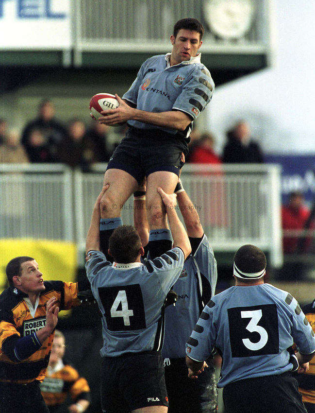 Photo : Garvin Davies.Newport v Cardiff Welsh/Scottish League 26-12-00.Cardiff Lock Mike Voyle wins good lineout possession for Cardiff