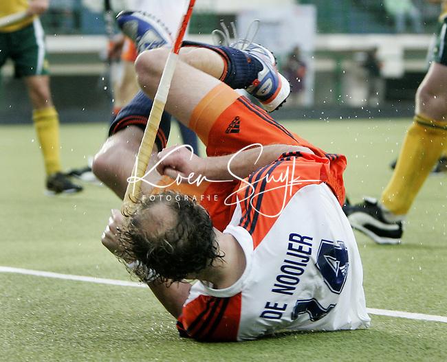 CHENNAI-Champions Trophy hockey mannen. Teun de Nooijer (foto) wordt hard onderuit gehaald, waardoor Nederland uit een strafcorner op 2-2 komt. Vlak voor tijd wisten de Australiers toch nog op voorsprong te komen , woensdag tijdens de wedstrijd Nederland-Australie. ANP PHOTO KOEN SUYK