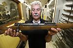Foto: VidiPhoto<br /> <br /> ARNHEM &ndash; Directeur Eef Peeters van het Arnhems Oorlogsmuseum 40-45 toont woensdag de zojuist door de politie gebrachte Duitse K98 met bajonet uit de Tweede Wereldoorlog. Het wapen is puntgaaf en schietklaar en door de vorige (illegale) bezitter bij de politie in Wageningen ingeleverd. Zonder speciale vergunning mogen particulieren geen (historische) vuurwapens bezitten. Omdat agenten het jammer vonden om het goedwerkende historische schiettuig te vernietigen werd het aangeboden aan het enige oorlogsmuseum dat Arnhem rijk is. Daar maakt het vanaf volgende week deel uit van de toch al enorme collectie handvuurwapens uit de Tweede Wereldoorlog. De Duitse karabijn uit 1944 is afkomstig van de Oostenrijkse wapenfabriek Steyer, waar joodse dwangarbeiders werkten, en in massaproductie gemaakt voor met name de Duitse SS. Het wapen is met plunjezak achtergelaten in Soest door &ndash;vermoedelijk- een SS&rsquo;er op de vlucht en jarenlang verborgen op een zolder. Uiteindelijk kwam het bij de politie bezorgd. Volgens Peeters gaat het om een historisch waardevol wapen omdat alle onderdelen origineel zijn en bij elkaar horen. De marktwaarde bedraagt zo&rsquo;n 500 euro. De museumdirecteur vermoed dat er op Nederlandse zolders en in schuren nog veel oorlogsschatten verborgen liggen. Saillant detail is dat de door joods dwangarbeiders gemaakte en Duitse militaire gebruikte karabijnen in de oorlog, vanaf 1948 werden gebruikt werden door het Isra&euml;lisch leger.