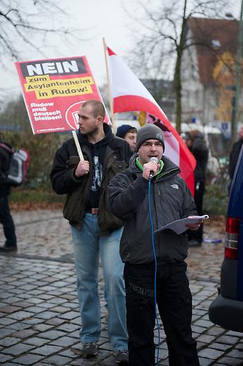 Etwa 50 Anhaenger der NPD aus Berlin und Brandenburg demonstrierten am Samstag den 24. November 2012 im Berliner Bezirk Rudow gegen eine Unterkunft fuer Asylsuchende. Mehere hundert Antifaschisten gelang es die Demonstrationsroute zu blockieren, so dass die Demonstration der Neonazis, unter ihnen viele aus dem sog. &quot;Nationalen Widerstand&quot; abgebrochen werden musste.<br /> Im Bild: Sebastian Schmidtke, Anfuehrer der NPD-Berlin und aktiv im &quot;Nationalen Widerstand (NW-Berlin).<br /> 24.11.2012, Berlin<br /> Copyright: Christian-Ditsch.de<br /> [Inhaltsveraendernde Manipulation des Fotos nur nach ausdruecklicher Genehmigung des Fotografen. Vereinbarungen ueber Abtretung von Persoenlichkeitsrechten/Model Release der abgebildeten Person/Personen liegen nicht vor. NO MODEL RELEASE! Nur fuer Redaktionelle Zwecke. Don't publish without copyright Christian-Ditsch.de, Veroeffentlichung nur mit Fotografennennung, sowie gegen Honorar, MwSt. und Beleg. Konto: I N G - D i B a, IBAN DE58500105175400192269, BIC INGDDEFFXXX, Kontakt: post@christian-ditsch.de<br /> Bei der Bearbeitung der Dateiinformationen darf die Urheberkennzeichnung in den EXIF- und  IPTC-Daten nicht entfernt werden, diese sind in digitalen Medien nach &sect;95c UrhG rechtlich geschuetzt. Der Urhebervermerk wird gemaess &sect;13 UrhG verlangt.]
