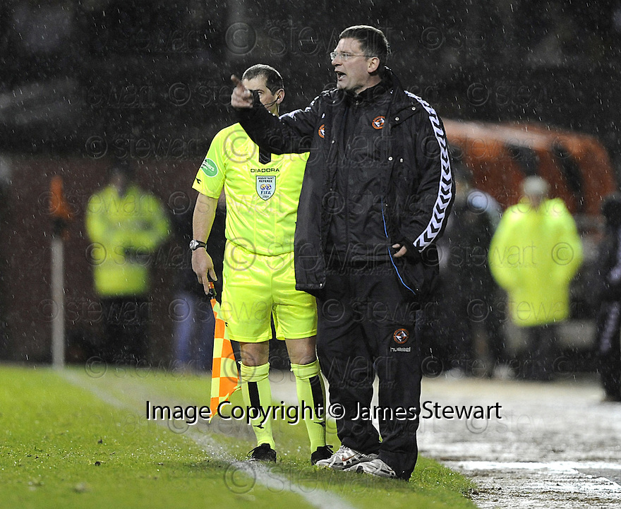 24/01/2009  Copyright Pic: James Stewart.File Name : sct_jspa19_dundee_utd_v_st_mirren.CRAIG LEVEIN GETS HIS POINT ACROSS TO HIS PLAYERS.James Stewart Photo Agency 19 Carronlea Drive, Falkirk. FK2 8DN      Vat Reg No. 607 6932 25.Studio      : +44 (0)1324 611191 .Mobile      : +44 (0)7721 416997.E-mail  :  jim@jspa.co.uk.If you require further information then contact Jim Stewart on any of the numbers above.........