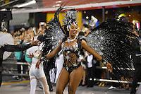 SÃO PAULO, SP, 15.02.2015, CARNAVAL 2015 - SÃO PAULO - GRUPO ESPECIAL / VAI-VAI: Camila Silva da escola de samba Vai-Vai, durante desfile do grupo especial do Carnaval de São Paulo, na madrugada deste domingo, 15. (Foto: Levi Bianco / Brazil Photo Press).