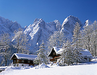 Austria, Upper Austria, Salzkammergut, Wintersport resort Gosau: Farmhouses at Dachstein mountains | Wintersportort Gosau: Bauernhaeuser am Fusse des Dachsteingebirges