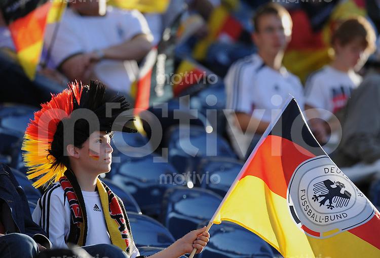 Fussball International:  Testspiel       Deutschland - Bosnien Herzegowina          03.06.2010 GER Fan mit Troete und Flagge
