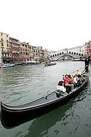 Gondole lungo il Canal Grande, a Venezia. Sullo sfondo il Ponte di Rialto.<br /> Gondolas along the Grand Canal and Rialto Bridge on background, in Venice.<br /> UPDATE IMAGES PRESS/Riccardo De Luca