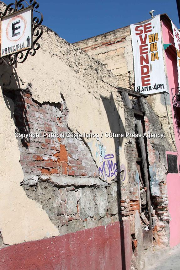 """Oaxaca de Juárez. 20 enero de 2014.- Son continuas las quejas de parte de la ciudadanía ante el poco cuidado que se tiene con las construcciones catalogadas como en """"Mal estado"""" que se encuentran en la capital de Oaxaca, específicamente en el centro histórico y calles aledañas, pues los habitantes que viven cerca de estas edificaciones, así como los transeúntes que pasan junto a ellas diariamente, temen por su seguridad, ya que estos edificios construidos desde hace muchos años están casi callándose a pedazos.<br /> <br /> Y es que según datos arrojados en últimas estadísticas, de un universo de mil 100 edificaciones que existen en la capital del estado, 315 tienen algún tipo de deterioro en mayor o menor grado y en algunos casos aún se encuentra habitados pero en condiciones pésimas, lo cual hace que el temor de la gente que vive o pasa cerca de estas construcciones sea mayor.<br /> <br /> A decir de doña Estela Sánchez, ama de casa, quien cotidianamente circula por algunas calles que tienen hasta dos casonas con este tipo de condiciones, ya que le quedan de paso para ir a dejar a sus hijos a la escuela, estos inmuebles son un peligro latente; """"Se debe dar atención a estas construcciones, porque son un riesgo para todos, imagínese que pudiera suceder si llega a haber un sismo, podría ocasionarse una desgracia ya que estas casonas están casi callándose, y muchas personas tenemos que transitar diariamente por aquí"""".<br /> <br /> Así mismo, un vecino aledaño a uno de estos inmuebles, quien quiso omitir su nombre por seguridad, manifestó que a pesar de que el gobierno ha tomado """"algunas medidas"""" para evacuar y en otras más aislar de la ciudadanía estas construcciones que casi se caen a pedazos, hay otras más que aún siguen habitadas a pesar de los daños que tienen, y solo han sido reforzadas con protecciones frágiles como láminas o polines de madera, los cuales más allá de ayudar ponen en riesgo el andar diario de la gente, ya que si se derrumbaran podrí"""