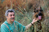 """Europe/Italie/Côte Amalfitaine/Campagnie/Sant'Agata Sui Due Golfi : Alfonso Iaccarino chef du restaurant """"Don Alfonson 1890"""" et son chien dans sa ferme biologique face à l'île de Capri"""