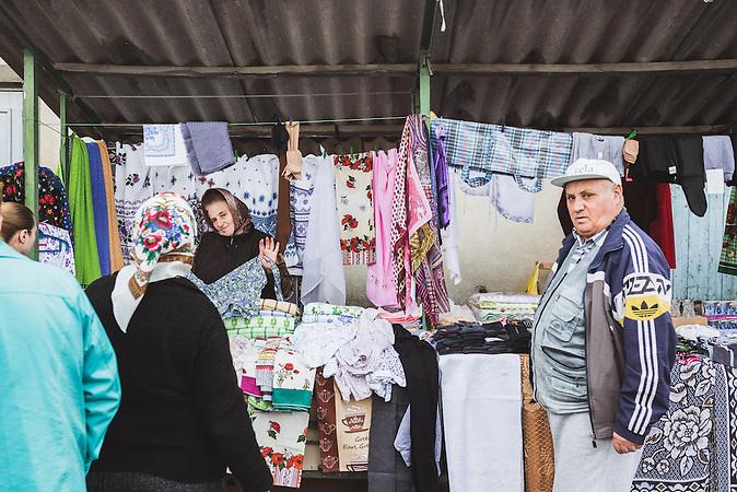 Die Inflation in Moldawien steigt rasant, während die Gehälter stagnieren. Der Gemüsepreis etwa hat sich im Vergleich zum Vorjahr verdoppelt. Viele kaufen deshalb vor allem regionale Produkte auf Märkten, wo ein Kilo Kartoffeln umgerechnet 20 Cent kostet.  / Vor der Präsidentenwahl in der Republik Moldau
