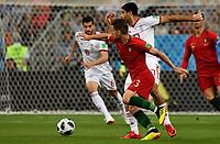 SARANSK - RUSIA, 25-06-2018: Mehdi TAREMI (Der) jugador de RI de Irán disputa el balón con Adrien SILVA (Izq) jugador de Portugal durante partido de la primera fase, Grupo B, por la Copa Mundial de la FIFA Rusia 2018 jugado en el estadio Mordovia Arena en Saransk, Rusia. / Mehdi TAREMI (R) player of IR Iran fights the ball with Adrien SILVA (L) player of Portugal during match of the first phase, Group B, for the FIFA World Cup Russia 2018 played at Mordovia Arena stadium in Saransk, Russia. Photo: VizzorImage / Julian Medina / Cont