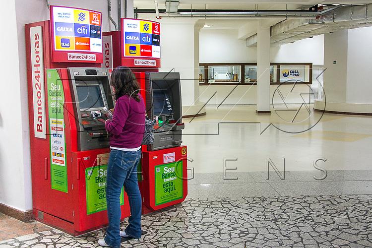 Mulher sacando dinheiro, Aparecida - SP, 10/2016. Uso de imagem autorizado.
