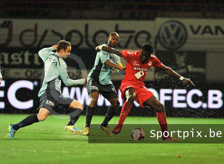 KV Kortrijk - KV Oostende : Elimane Coulibaly (rechts) verdedigt zijn bal tegen Sebastien Siani (achter) en de aanstormende Niels De Schutter (links)<br /> foto VDB / Bart Vandenbroucke