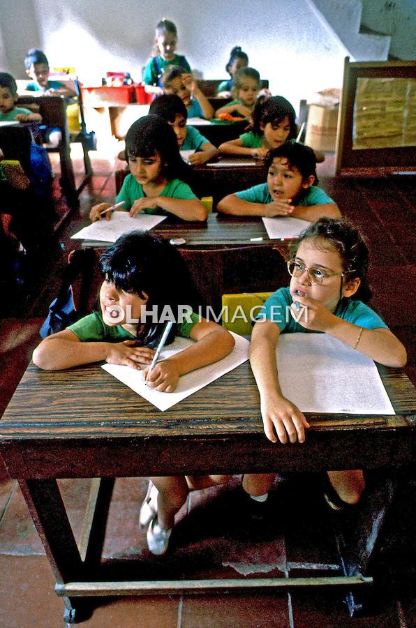 Criança na escola, favela da Rocinha, Rio de Janeiro. 1988. Foto de Juca Martins.