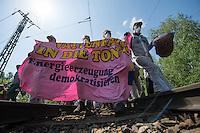 """Klimacamp """"Ende Gelaende"""" bei Proschim in der brandenburgischen Lausitz.<br /> Mehrere tausend Klimaaktivisten  aus Europa wollen zwischen dem 13. Mai und dem 16. Mai 2016 mit Aktionen den Braunkohletagebau blockieren um gegen die Nutzung fossiler Energie zu protestieren.<br /> Im Bild: Klimaaktivisten bei der Besetzung einer Bahnstrecke, die zur Versorgung des Kraftwerk Schwarze Pumpe wichtig ist. Ihr Ziel ist, die Kohlezufuhr so lange zu unterbrechen, das dass Kraftwerk heruntergefahren werden muss.<br /> 14.5.2016, Schwarze Pumpe/Brandenburg<br /> Copyright: Christian-Ditsch.de<br /> [Inhaltsveraendernde Manipulation des Fotos nur nach ausdruecklicher Genehmigung des Fotografen. Vereinbarungen ueber Abtretung von Persoenlichkeitsrechten/Model Release der abgebildeten Person/Personen liegen nicht vor. NO MODEL RELEASE! Nur fuer Redaktionelle Zwecke. Don't publish without copyright Christian-Ditsch.de, Veroeffentlichung nur mit Fotografennennung, sowie gegen Honorar, MwSt. und Beleg. Konto: I N G - D i B a, IBAN DE58500105175400192269, BIC INGDDEFFXXX, Kontakt: post@christian-ditsch.de<br /> Bei der Bearbeitung der Dateiinformationen darf die Urheberkennzeichnung in den EXIF- und  IPTC-Daten nicht entfernt werden, diese sind in digitalen Medien nach §95c UrhG rechtlich geschuetzt. Der Urhebervermerk wird gemaess §13 UrhG verlangt.]"""