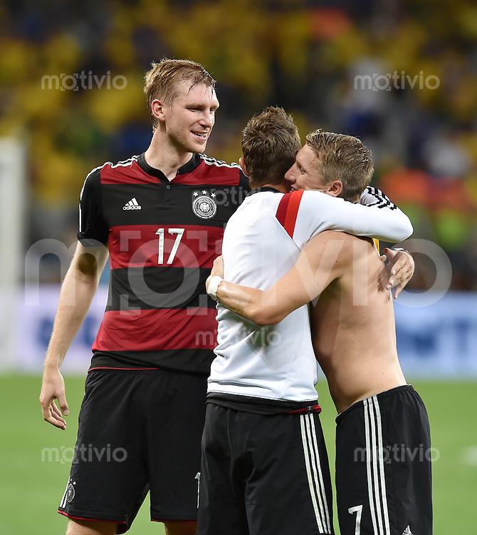 FUSSBALL WM 2014                HALBFINALE Brasilien 1-7 Deutschland          08.07.2014 Bastian Schweinsteiger(re) umarmt Miroslav Klose (Mitte) beobachtet von  Per Mertesacker (li, alle Deutschland)