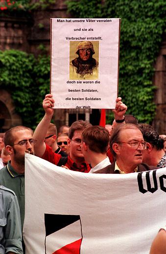 Die REP-Jugend-Hessen mobilisierte zu einer Demonstration gegen die Wehrmachtsausstellung, welche im Juni 1998 in Kassel gezeigt wurde. Es kamen ca. 400 Rechtsextremisten von REP, NPD und sog. parteilosen Freien Kameradschaften.<br /> Hier: Kundgebungsteilnehmer auf dem Rathausplatz.<br /> 6.6.1998, Kassel<br /> Copyright: Christian-Ditsch.de<br /> [Inhaltsveraendernde Manipulation des Fotos nur nach ausdruecklicher Genehmigung des Fotografen. Vereinbarungen ueber Abtretung von Persoenlichkeitsrechten/Model Release der abgebildeten Person/Personen liegen nicht vor. NO MODEL RELEASE! Nur fuer Redaktionelle Zwecke. Don't publish without copyright Christian-Ditsch.de, Veroeffentlichung nur mit Fotografennennung, sowie gegen Honorar, MwSt. und Beleg. Konto: I N G - D i B a, IBAN DE58500105175400192269, BIC INGDDEFFXXX, Kontakt: post@christian-ditsch.de<br /> Bei der Bearbeitung der Dateiinformationen darf die Urheberkennzeichnung in den EXIF- und  IPTC-Daten nicht entfernt werden, diese sind in digitalen Medien nach &sect;95c UrhG rechtlich geschuetzt. Der Urhebervermerk wird gemaess &sect;13 UrhG verlangt.]