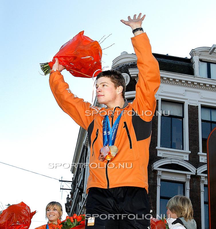 Nederland, Haarlem, 2 maart  2010..OLYMPISCH TEAM HULDIGING.Sven Kramer van het Nederlands olympisch team laat zijn Gouden en Bronzen medaille zien. (gewonnen op de 5 km en ploegen achtervolging) hij werd vandaag gehuldigd op de Grote Markt in Haarlem.