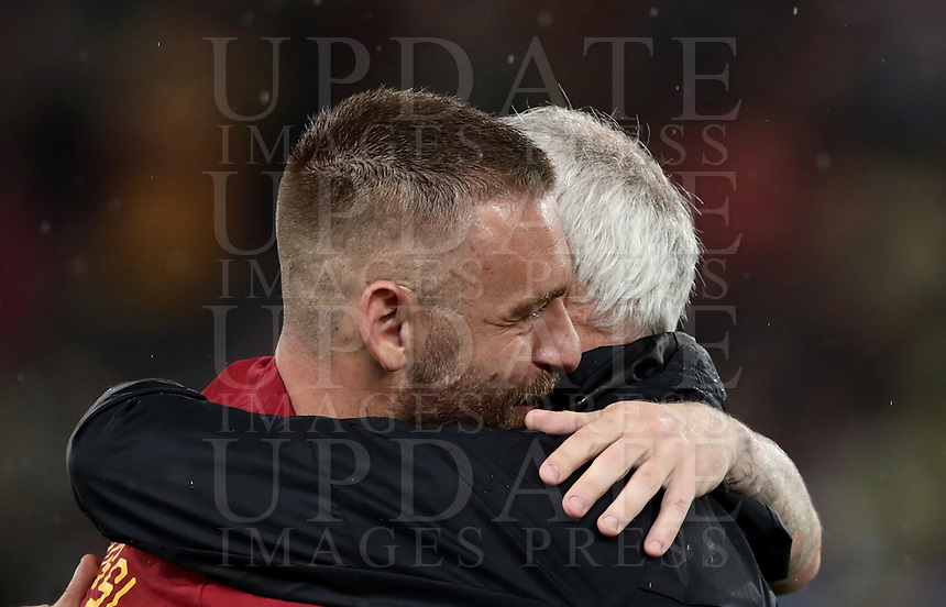 Football, Serie A: AS Roma - Parma, Olympic stadium, Rome, May 26, 2019. <br /> Roma's Daniele De Rossi (l) is congratulated by his coach Claudio Ranieri (r) during his farewell to Roma after 18 years at his home-town club at the end of the Italian Serie A football match between Roma and Parma at Olympic stadium in Rome, on May 26, 2019.<br /> UPDATE IMAGES PRESS/Isabella Bonotto