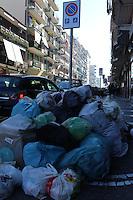 NAPOLI, ITALIA, 26.12.2016 - COLETA-LIXO - Grande quantidade de lixo é visto nas ruas devido a greve dos coletores em Napoli na Italia nesta segunda-feira, 26. (Foto: Salvatore Esposito/Brazil Photo Press)