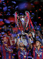 Calcio, finale di Champions League Juventus vs Barcellona all'Olympiastadion di Berlino, 6 giugno 2015.<br /> Barcelona's Neymar holds up the trophy at the end of the Champions League football final between Juventus Turin and FC Barcelona, at Berlin's Olympiastadion, 6 June 2015. Barcelona won 3-1.<br /> UPDATE IMAGES PRESS/Isabella Bonotto
