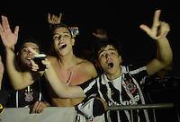SAO PAULO SP, 27  FEVEREIRO 2013 - Libertadores da America - CORINTHIANS X MILLIONARIOS -  torcedores  se reunem em frente ao estádio para torcer em partida  valida pela Taca Libertadores da Amercia no Estadio do Pacaembu em Sao Paulo, nesta quarta feira, 27. (FOTO: ALAN MORICI / BRAZIL PHOTO PRESS).