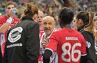 Handball 1. Bundesliga Frauen 2013/14 - Handballclub Leipzig (HCL) gegen Thüringer HC (THC) am 30.10.2013 in Leipzig (Sachsen). <br /> IM BILD: THC Trainer Herbert Müller spricht in der Auszeit mit dem Team <br /> Foto: Christian Nitsche / aif / aif