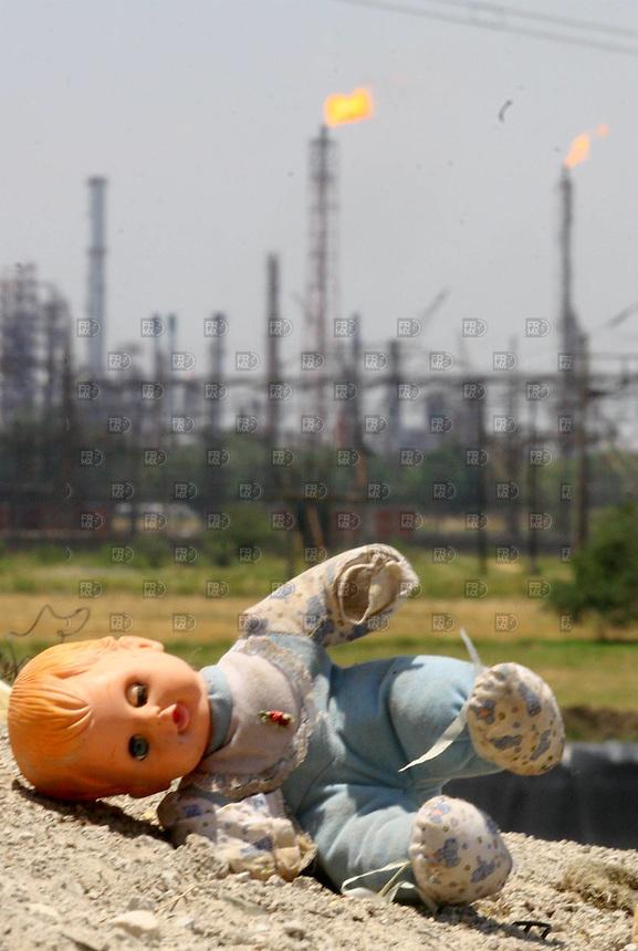 Tiradero de basura que contamina al igual que la refineria y loa termoélectrica en  la ciudad de Salamanca donde la empresa Tekchem que maneja pesticidas y esta contaminando una colonia de la ciudad de Salamanca,  Guanajuato,  el  06 de junio  de 2007. Foto: Alejandro Meléndez.
