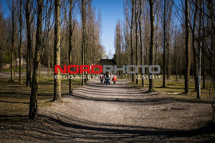 22.03.2020, Bochum, Westpark<br /> <br /> im Bild | picture shows:<br /> <br /> eine Familie spaziert im Bochumer Westpark,<br /> <br /> Foto © nordphoto / Rauch
