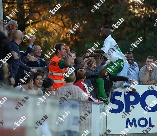 Dessel Sport - KV Mechelen: Bulabula Alafu viert zijn doelpunt en springt over de omheining in het publiek.