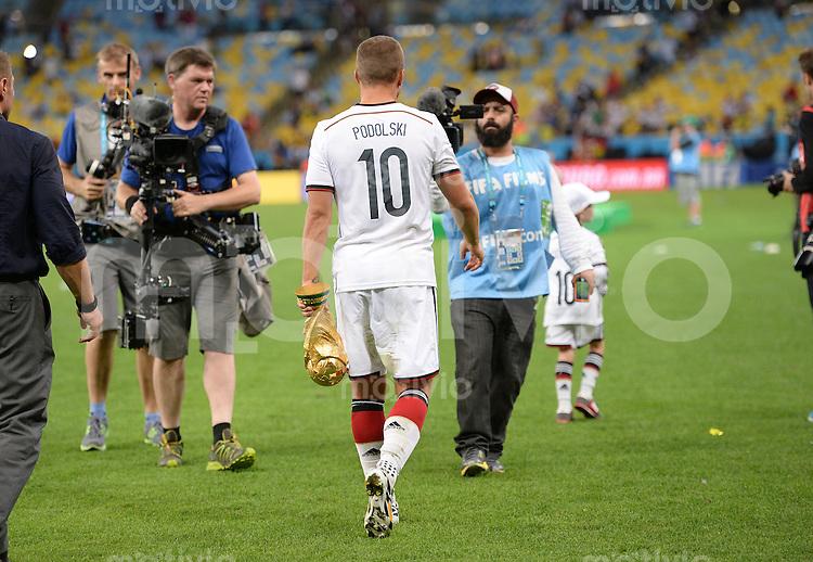 FUSSBALL WM 2014                       FINALE   Deutschland - Argentinien     13.07.2014 DEUTSCHLAND FEIERT DEN WM TITEL: Lukas Podolski (Deutschland) treagt den Pokal nach Hause