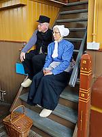 Nederland Broek op Langedijk 2015.  Nationale Folkloredag, met veel mensen in Nederlandse  klederdracht, bij Museum de BroekerVeiling. De Broekerveiling is de oudste doorvaarveiling ter wereld. Mensen in klederdracht in de afmijnzaal