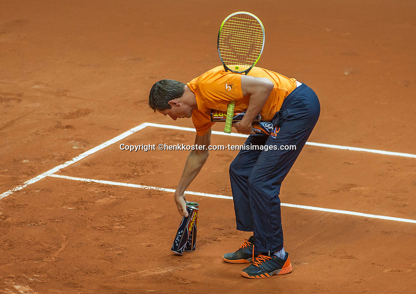 Arena Loire,  Trélazé,  France, 14 April, 2016, Semifinal FedCup, France-Netherlands, Dutch team practise, captain Paul Haarhuis places his targets<br /> Photo: Henk Koster/Tennisimages