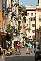 Italy, Lombardia, Lake Garda, Gardone Riviera, community on the West Bank of Lake Garda belonging to the Riviera dei limoni - The Lemon Riviera: pavement cafe at old town | Italien, Lombardei, Gardasee, Gardone Riviera, Gemeinde am Westufer des Gardasees, gehoert zur Riviera dei limoni - der Zitronenriviera: Cafe in der Altstadt