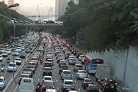 SAO PAULO, SP, 10 MAIO 2013 - TRANSITO EM SAO PAULO - Transito engarrafado nesse inicio de noite na 23 de maio no sentido zona sul no viaduto Santa Generosa no Paraiso regiao central da cidade nessa sexta 10. (FOTO: LEVY RIBEIRO / BRAZIL PHOTO PRESS)