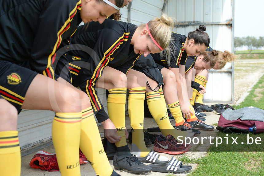 20180304 - LARNACA , CYPRUS :  Belgian Justine Vanhaevermaet (middle) pictured getting ready for during a Matchday -1 training from The Belgian Red Flames prior to their game against Austria , on Sunday 4 March 2018 at the Alpha Sports Grounds in Larnaca , Cyprus . This will be the third game in group B for Belgium during the Cyprus Womens Cup , a prestigious women soccer tournament as a preparation on the World Cup 2019 qualification duels. PHOTO SPORTPIX.BE | DAVID CATRY