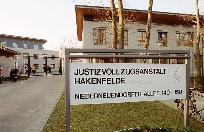 Nach erfolglosen Widerspruechen vor den bundesdeutschen Gerichten musste der letzte Staatsratsvorsitzende und SED-Zentralkommitee-Vorsitzende, Egon Krenz, am 13. Januar 2000 in der berliner Justizvollzugsanstalt Hakenfelde seine secheinhalb jaehrige Haftstrafe antreten. Ein Widerspruch gegen die Haftstrafe ist noch vor dem europaeischen Menschengerichtshof anhaengig.<br /> Berlin, 13.1.2000<br /> Copyright: Christian-Ditsch.de<br /> [Inhaltsveraendernde Manipulation des Fotos nur nach ausdruecklicher Genehmigung des Fotografen. Vereinbarungen ueber Abtretung von Persoenlichkeitsrechten/Model Release der abgebildeten Person/Personen liegen nicht vor. NO MODEL RELEASE! Nur fuer Redaktionelle Zwecke. Don't publish without copyright Christian-Ditsch.de, Veroeffentlichung nur mit Fotografennennung, sowie gegen Honorar, MwSt. und Beleg. Konto: I N G - D i B a, IBAN DE58500105175400192269, BIC INGDDEFFXXX, Kontakt: post@christian-ditsch.de<br /> Bei der Bearbeitung der Dateiinformationen darf die Urheberkennzeichnung in den EXIF- und  IPTC-Daten nicht entfernt werden, diese sind in digitalen Medien nach &sect;95c UrhG rechtlich gesch&uuml;tzt. Der Urhebervermerk wird gemaess &sect;13 UrhG verlangt.]