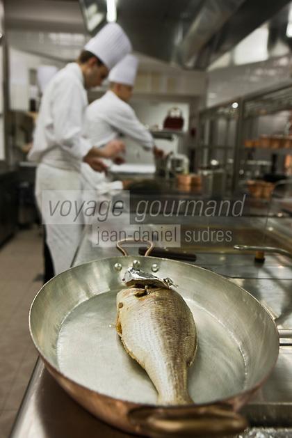 Europe/Monaco/Monte Carlo:Dans les cuisines du restaurant: Louis XV / Alain Ducasse à l'Hôtel de Paris - Préparation du Denti [Non destiné à un usage publicitaire - Not intended for an advertising use]