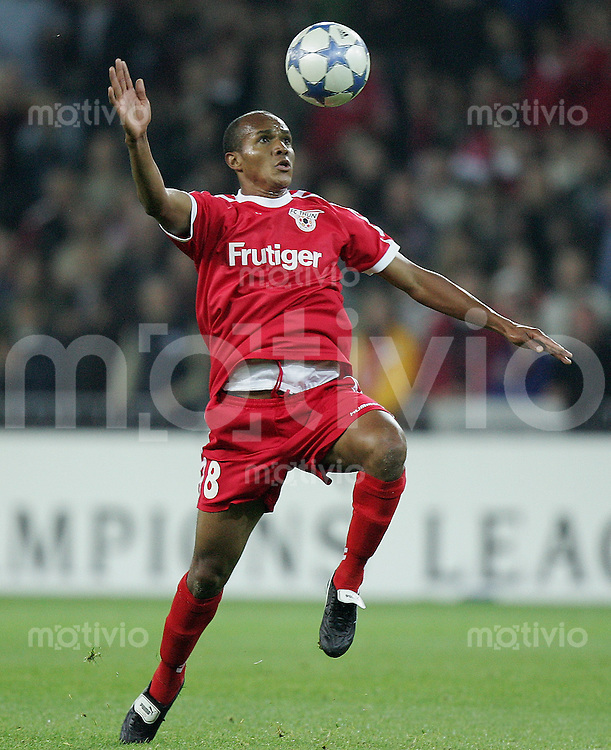 Fussball International Champions League 2005/2006 FC Thun 1-0 AC Sparta Prag Rodrigues Gelson (FC T)) am Ball
