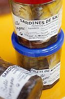 """Europe/France/Bretagne/29/Finistère/Saint-Guénolé: Conserves de sardines et maquereaux dans des bocaux de verre à """"l'Oceane alimentaire"""""""
