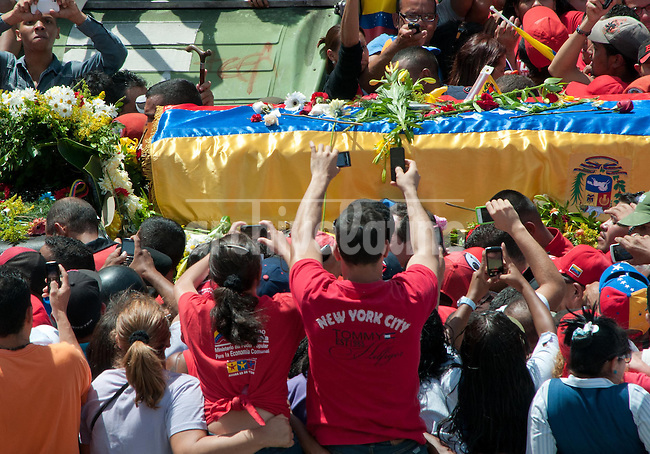 Venezuela: Caracas,06/03/13 .Supporters of Venezuelan President Hugo Chavez died, come to pass, Lecuna Avenue in Caracas, March 6, 2013, the funeral hearse carrying his remains to the Military Academy of Venezuela, where it will be rendered honors and veiled in chapel, until on Friday, March 8, 2013.Carlos Hernandez/Archivolatino