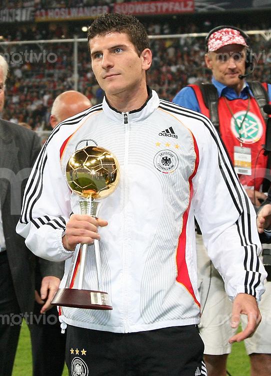 Fussball    International     EM Qualifikation   17.09.2007 Deutschland  - Tschechien Mario Gomez (GER)  mit Pokal fuer Fußballer des Jahres 2007