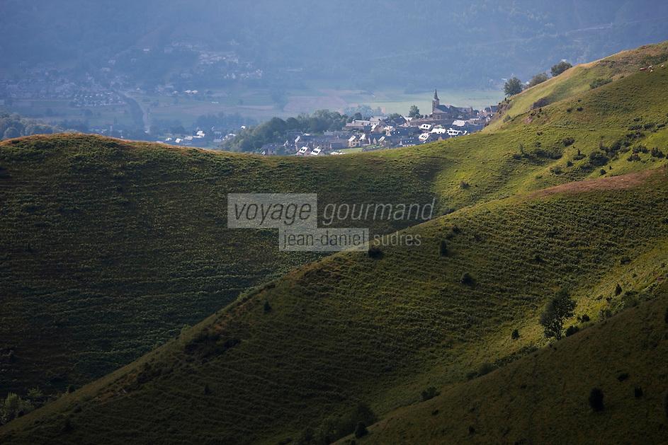 Europe/France/Midi-Pyrénées/65/Hautes-Pyrénées/Vallée d'Aure/Azet: Le village et les paturages de la Haute Vallée d'Aure vus depuis le col d'Azet, appelé aussi col de Val-Louron-Azet
