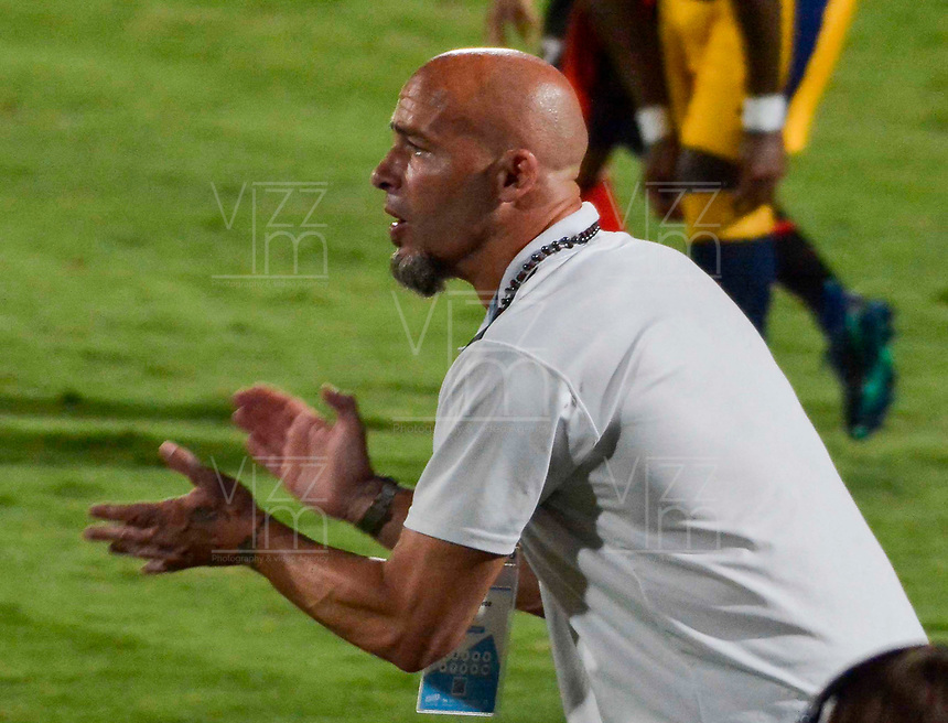 CUCUTA - COLOMBIA, 28-03-2019: Sebastian Mendez (Der) técnico de Cúcuta gesticula durante partido por la fecha 16 de la Liga Águila I 2019 entre Cúcuta Deportivo y Deportivo Independiente Medellín jugado en el estadio General Santander de la ciudad de Cúcuta. / Sebastian Mendez (R) coach of Cucuta gestures during match for the date 16 of the Liga Aguila I 2019 between Cucuta Deportivo and Deportivo Independiente Medellin played at the General Santander stadium in Cucuta city. Photo: VizzorImage / Edgar Cusguen / Cont