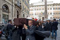 Manifestazione Movimento 5 Stelle a Roma: in scena il funerale dell'Italia