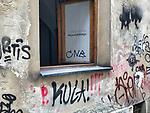 Krakow 2019-07-20. Okno Fundacji Dialogu Obywatelskiego w Krakowie przy ul. Izaaka 5/1