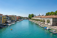 Italy, Veneto, Lake Garda, Peschiera del Garda: canal next to old town with restaurants in Viale Cordigero (left) | Italien, Venetien, Gardasee, Peschiera del Garda: Kanal neben der Altstadt mit Restaurants in der Viale Cordigero (links)